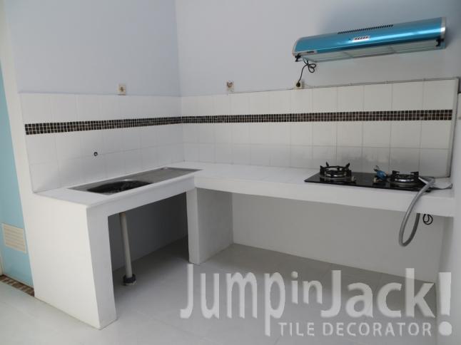 meja dapur dengan aksen mosaik